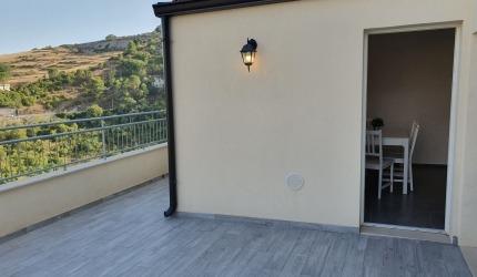 poi fermarsi a rilassarsi in terrazza sorseggiando un calice di vino siciliano