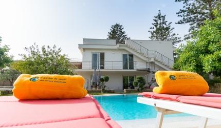 la piscina a sfioro a pochi metri dalla spiaggia di Donnalucata in Sicilia