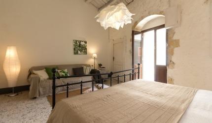 Grande soggiorno e grande letto matrimoniale