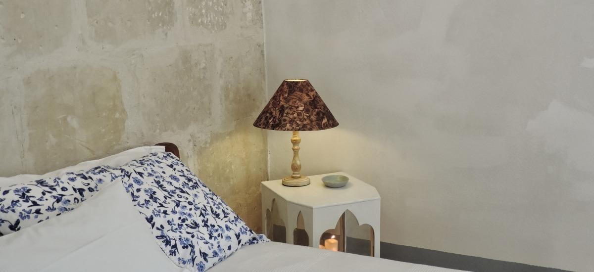 camera matrimoniale in ambiente tipico con pietra a vista