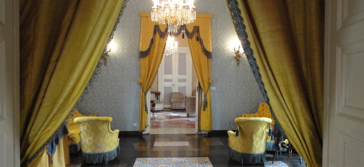 Domenico Arezzo e il padre accompagnano i viaggiatori nelle sale del palazzo