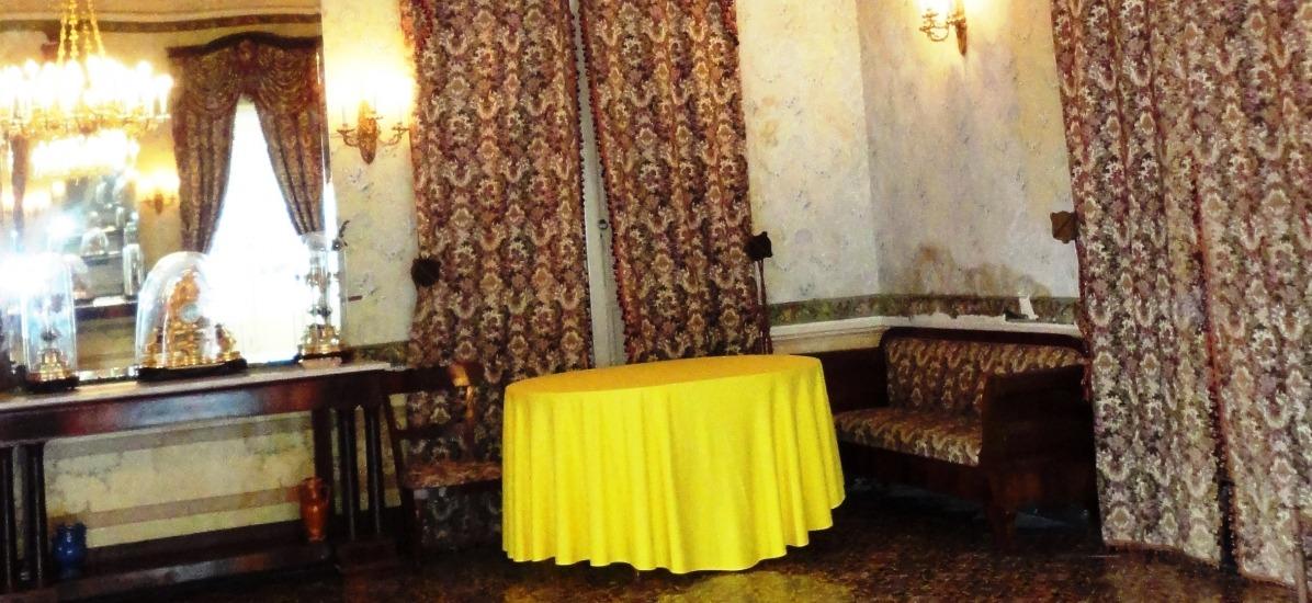 tutti gli ambienti sono arredati con mobili d'epoca
