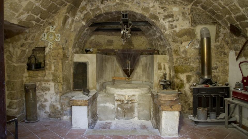 Annalisa Dibenedetto e consorte che hanno investito nella ristrutturazione di un mulino di famiglia e nella coltivazione di grano antico siciliano biologico nelle campagne ragusane.