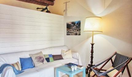 Il soggiorno è molto ampio , la dimora può ospitare fino a quattro persone