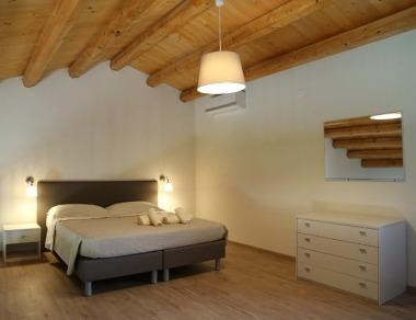Romantica camera da letto su soppalco in legno