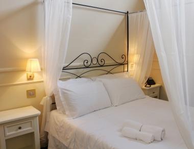 Camera da letto matrimoniale con letto a baldacchino e bagno in camera