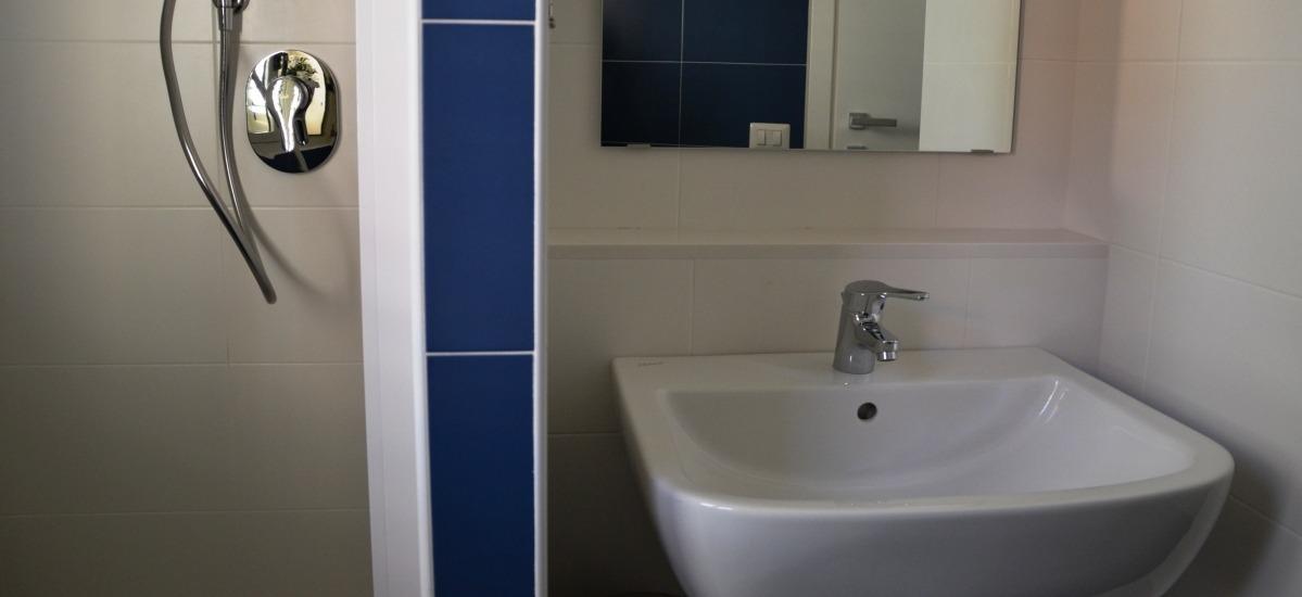 i bagni hanno la doccia e tutti sanitari