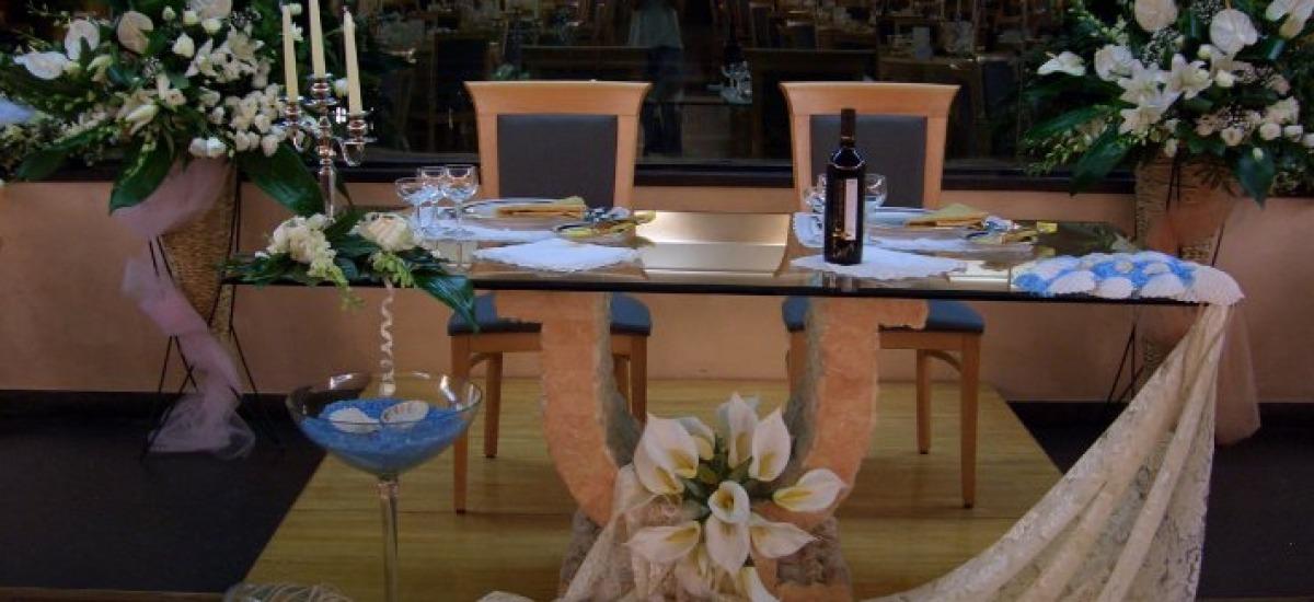 Il tavolo degli sposi nella grande sala con vetrata