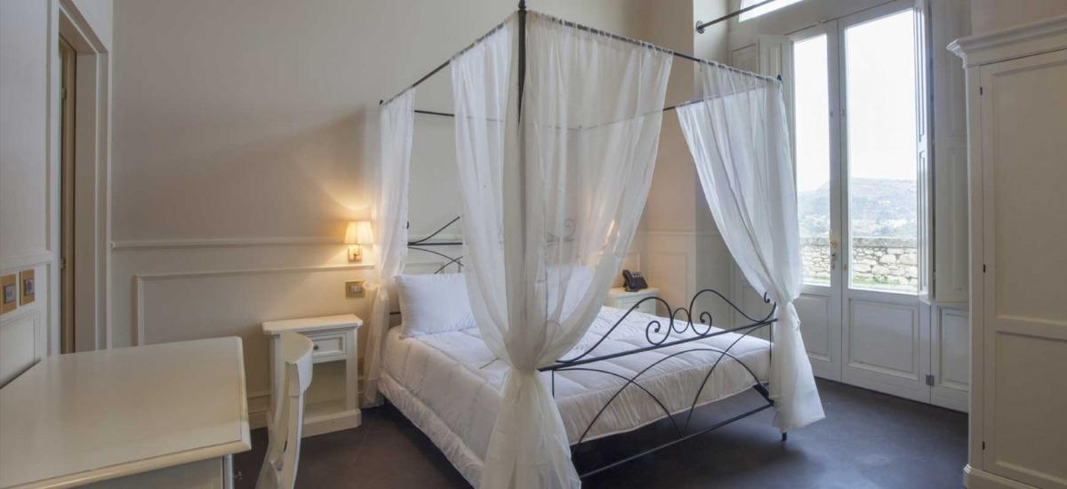 Spaziosa camera matrimoniale al piano terra, con comodo divano che può diventare un comodo letto