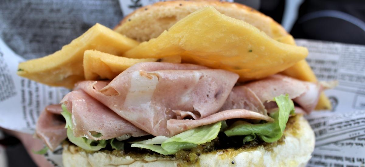 Beltramo, il panino con le panelle e la mortadella di suino nero