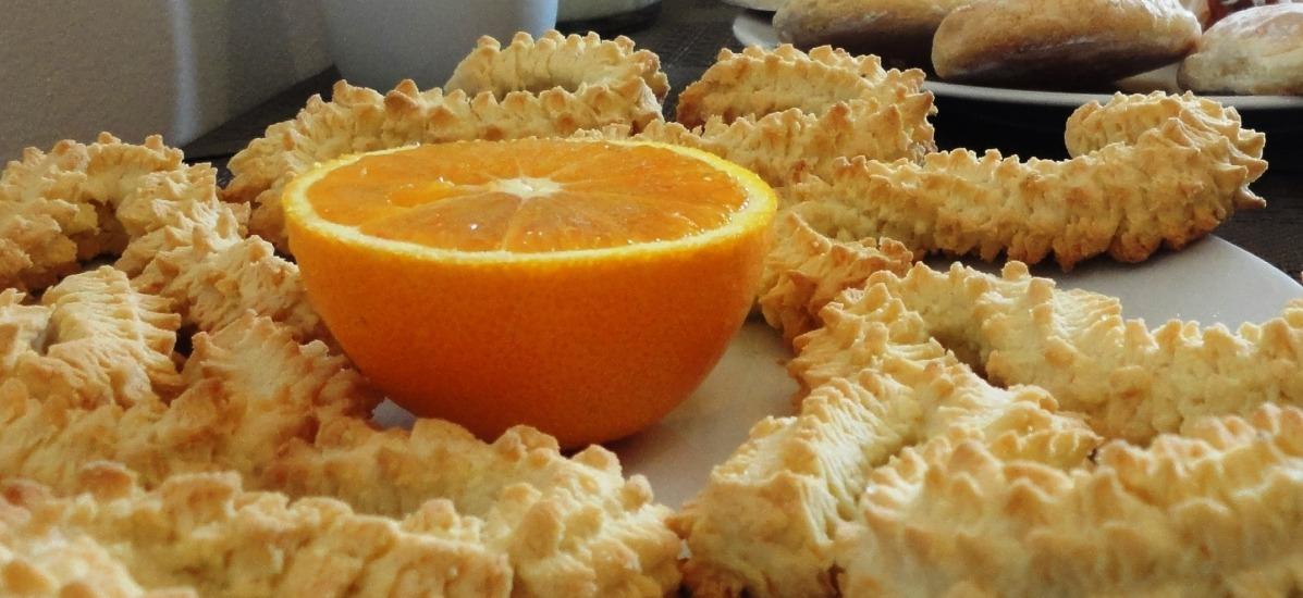 servita con biscotti artigianali e frutta fresca
