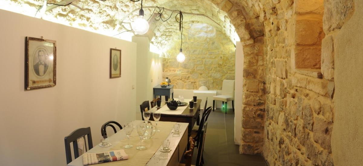 nel gusto della colazione tipica servita nella sala in pietra