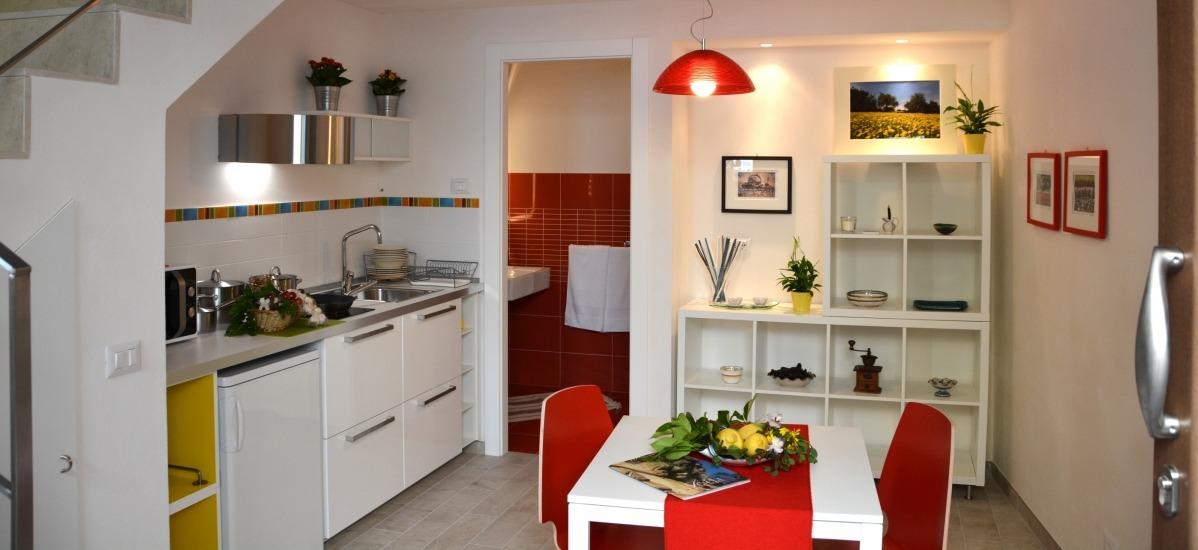 Si accede direttamente nella zona living attrezzata con cucina