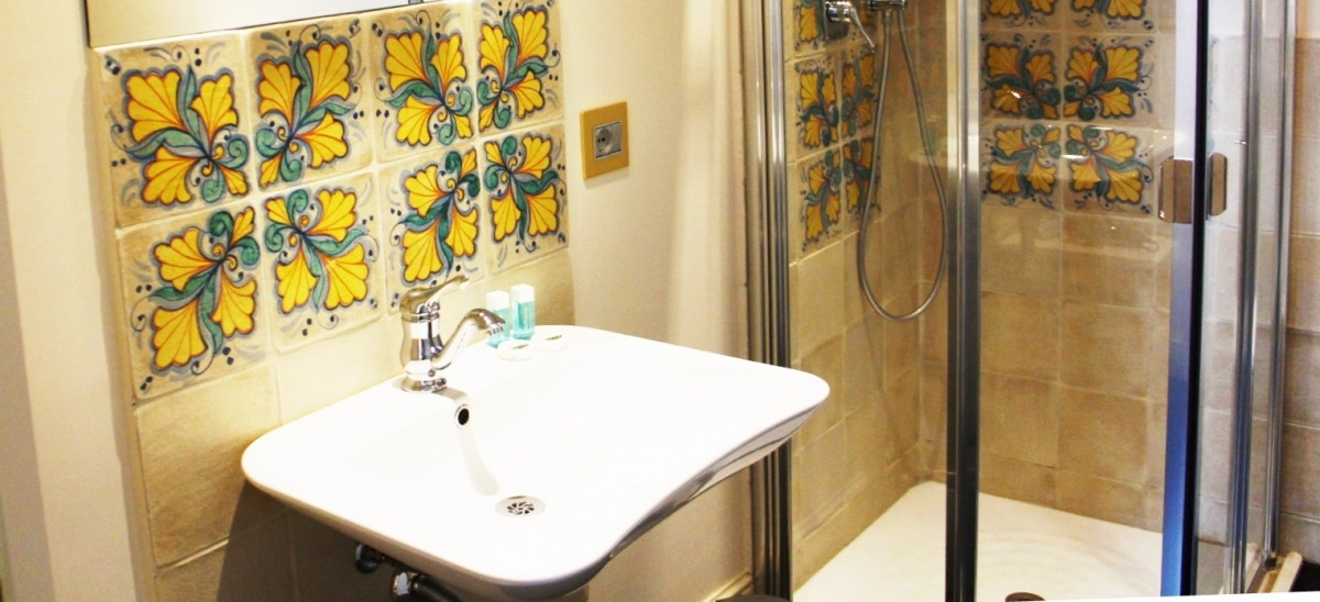 Ogni bagno è curato nei minimi particolari e decorato con ceramiche siciliane