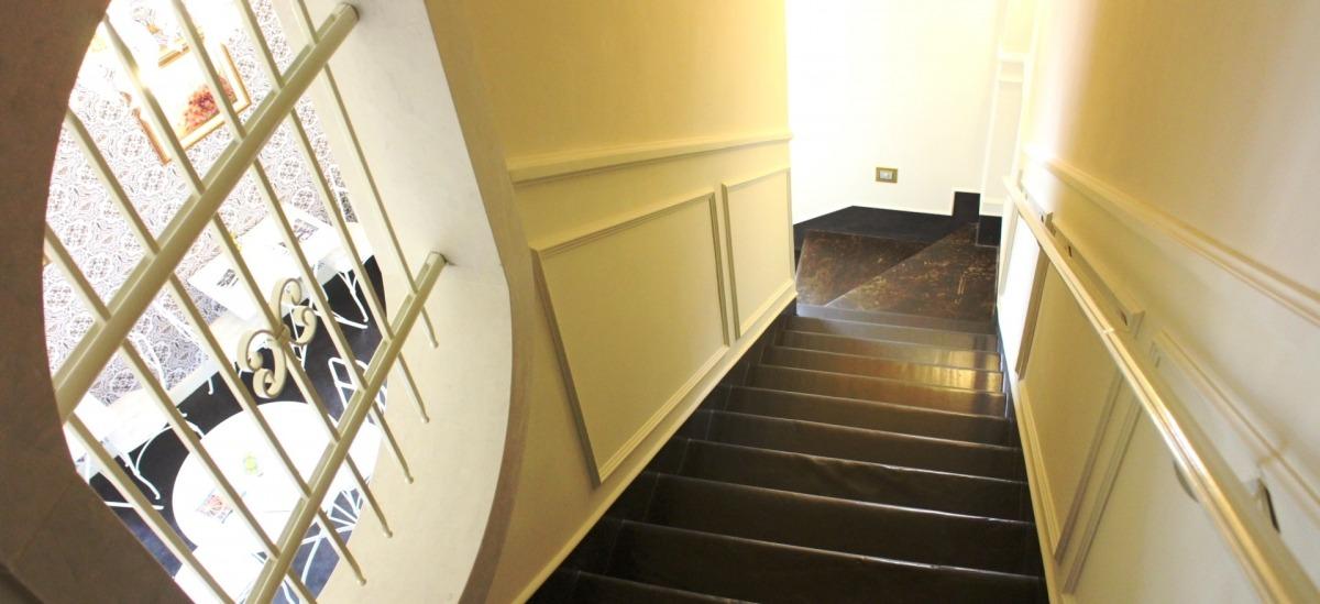 Una scala in caratteristica pietra pece conduce alle 3 camere al primo piano