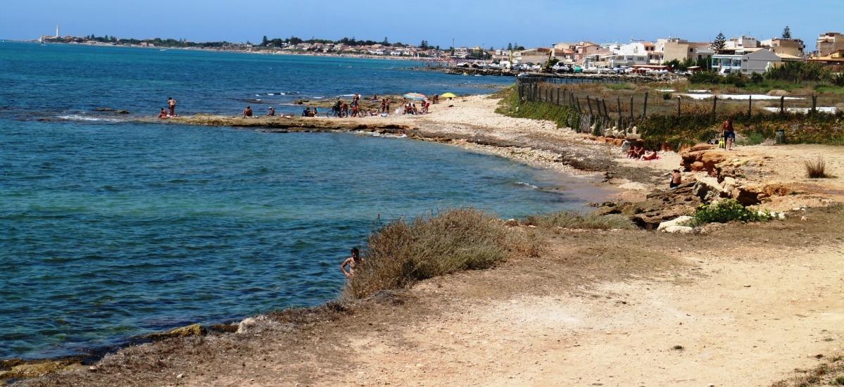 mare cristallino e una scogliera tranquilla per chi vuole fare un tuffo lontano dalle spiagge caotiche