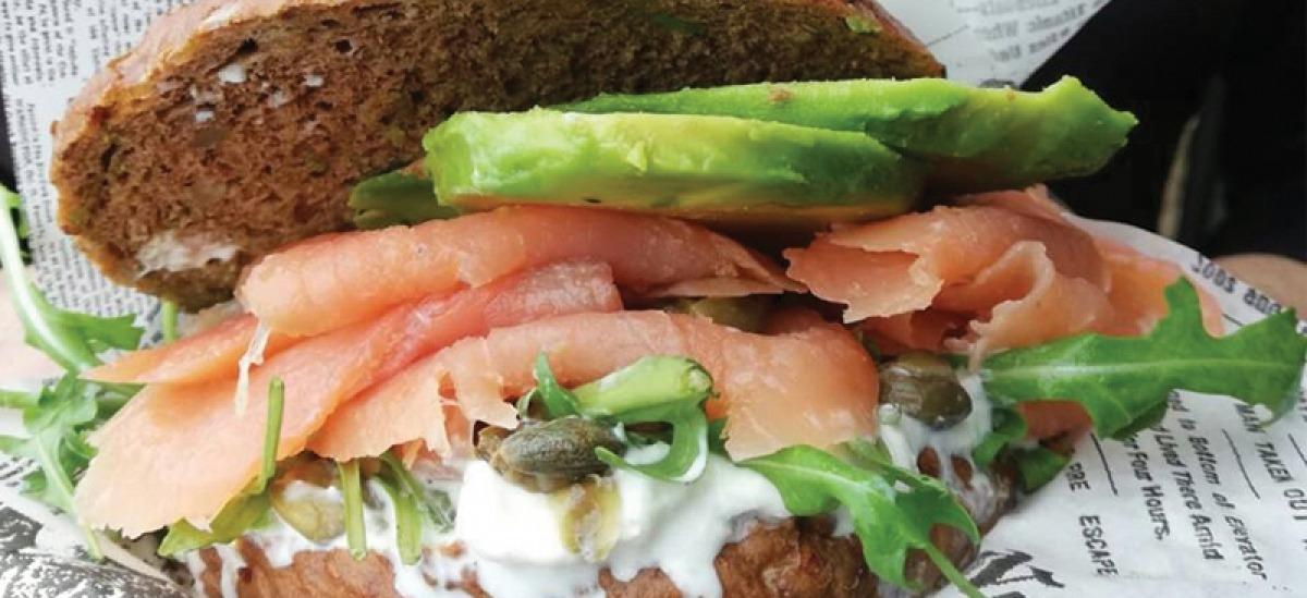 Viviano, il panino con salmone, stracciatella di burrata e avocado