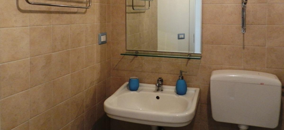 il bagno ha un comodo box doccia in cristallo