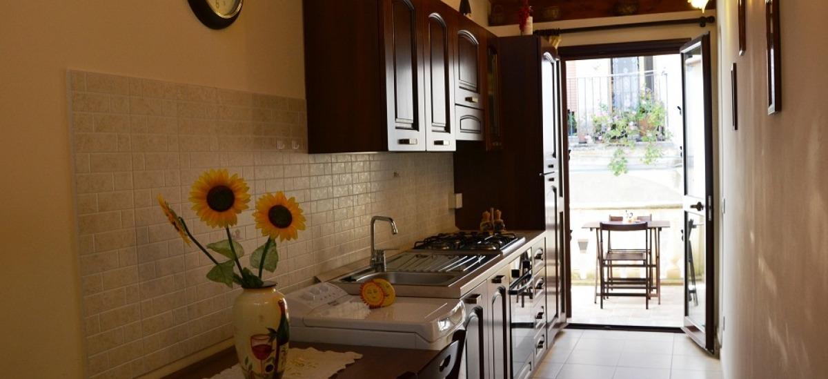 Cucina attrezzata con terrazzino