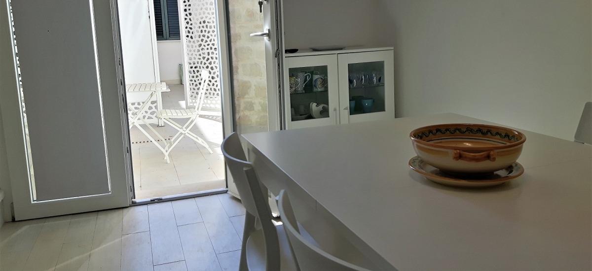 Miccichè: zona pranzo con accesso al cortiletto esterno